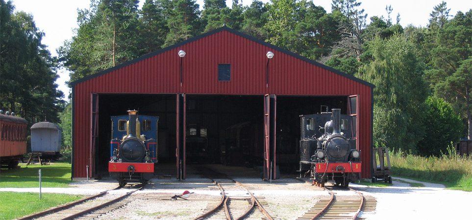 Vagnhall 1 den 21 aug. 2005. Museijärnvägens dag och loken GJ 3 Gotland och KlRJ 1 Klintehamn har dragits ut.