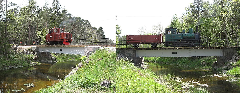 Till vänster: 11 maj 2007. Den första provturen över bron sedan 1958. Till höger: 25 maj 2007. Cementa med betvagn på bron över Dalhemsån sedd från väster