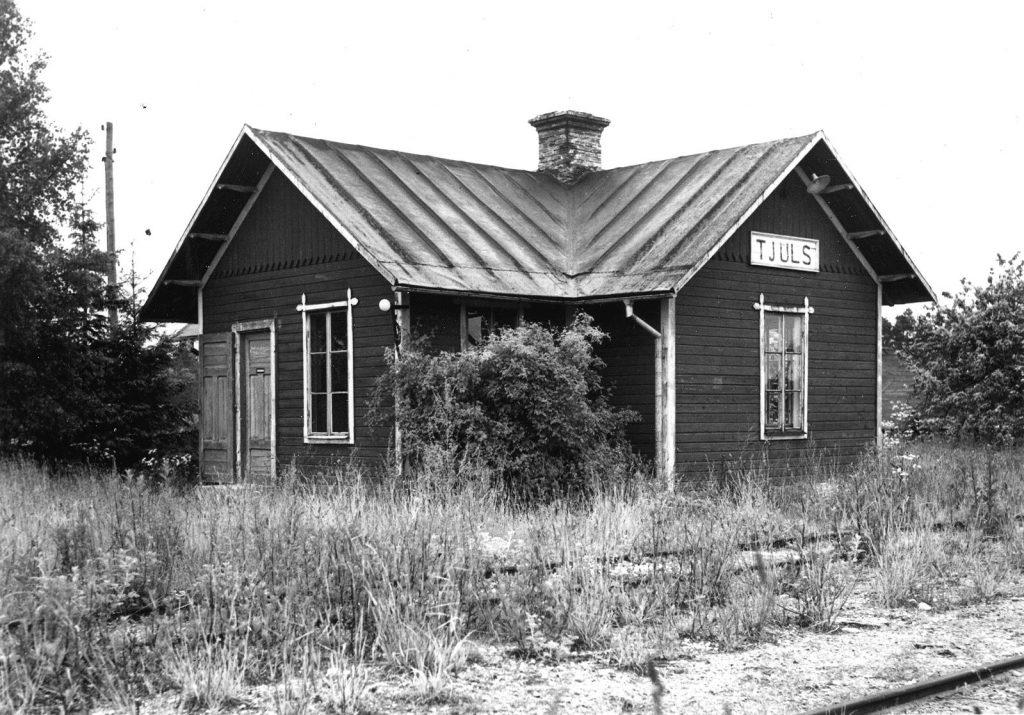 Tjuls hållplats efter nedläggningen. Foto 1957: Olof Sjöholm.bettågengick ännu ett år.